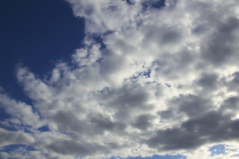 与风雨如磐的云彩的剧烈的天空 免版税库存图片