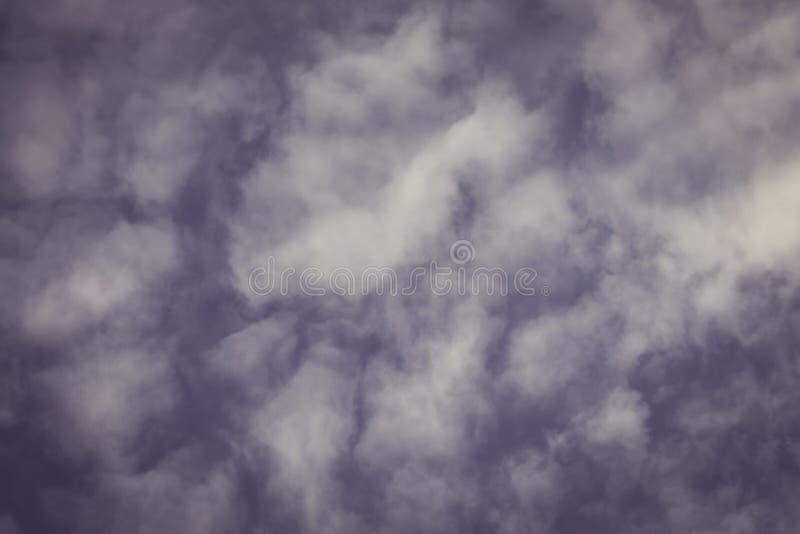与风雨如磐的云彩的剧烈的天空 免版税库存照片