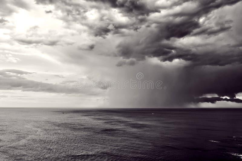 与风雨如磐的云彩的暴雨 免版税图库摄影