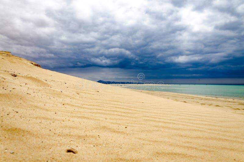 与风雨如磐的天空的沙丘 库存图片