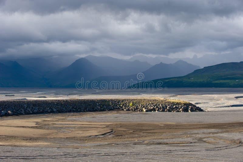 与风雨如磐的天空,冰岛的沙漠风景 库存照片
