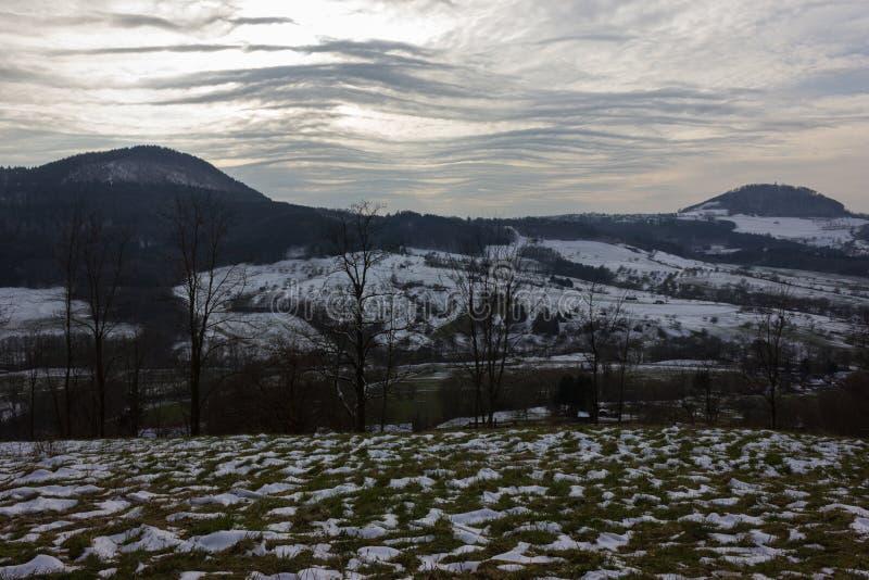 与风雨如磐的风云彩的冬天风景从东欧鲁斯的 免版税图库摄影