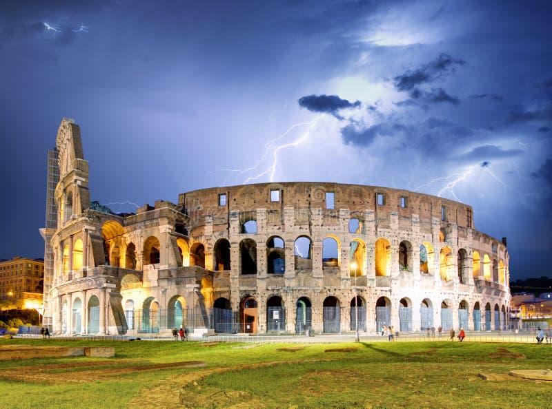 与风暴的罗马-罗马斗兽场 库存图片