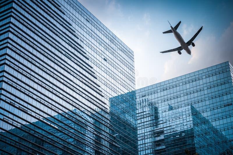 与飞机的未来派大厦 库存照片