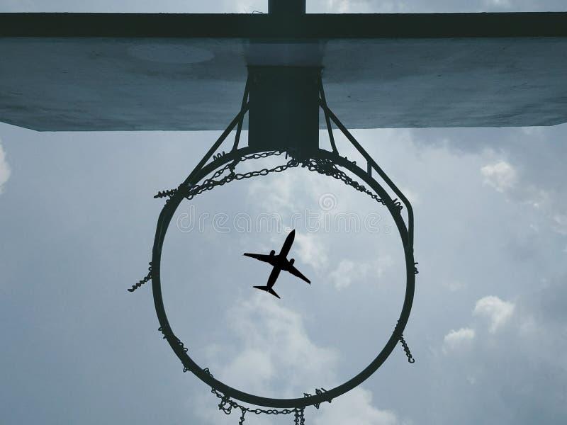与飞机的篮球篮 免版税库存图片