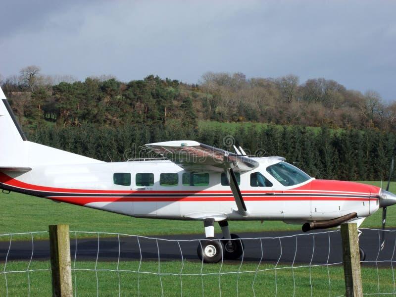 与飞机的纵排Skydiving在爱尔兰 库存照片