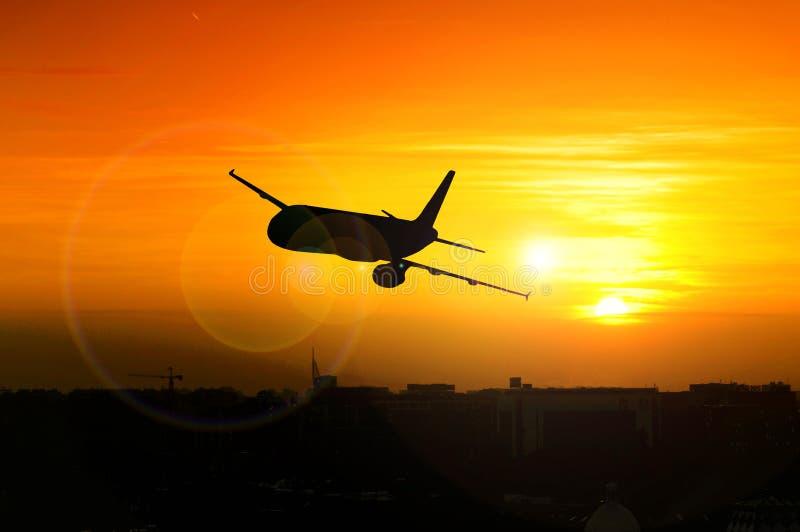 与飞机的美好的日落 免版税库存图片
