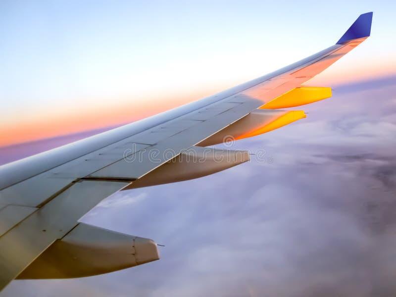 与飞机的翼的早晨日出 飞机背景概念地球例证查出surranded移动的白色 图库摄影
