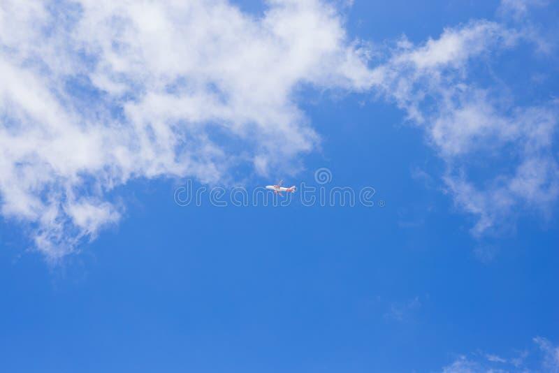 与飞机的蓝天在中部 库存照片
