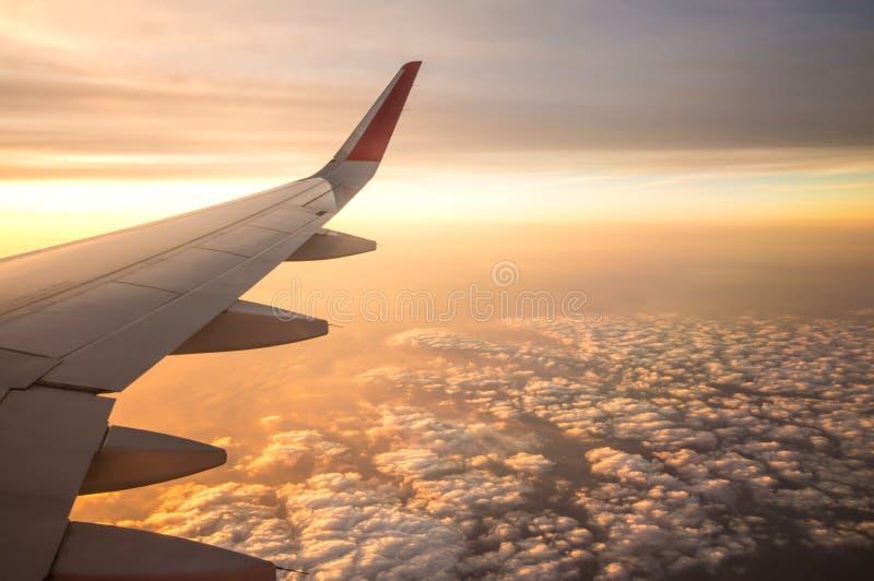 与飞机翼从里面,旅行的日落时间在Thaila 免版税库存图片