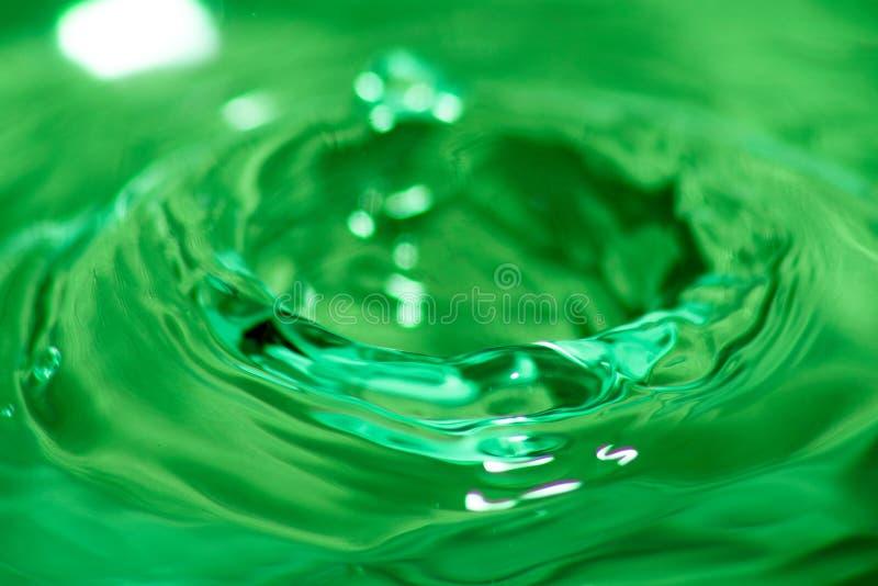 与飞溅冠的绿色液体 库存照片