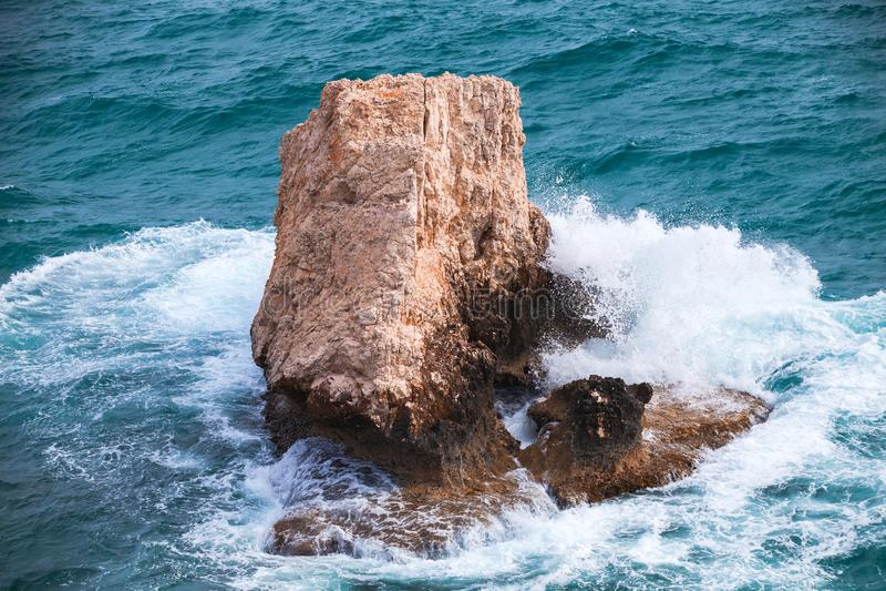 与飞溅波浪的沿海岩石 免版税库存照片