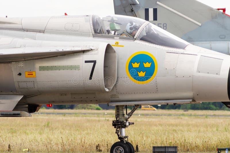 与飞行员的喷气式歼击机驾驶舱 免版税库存照片
