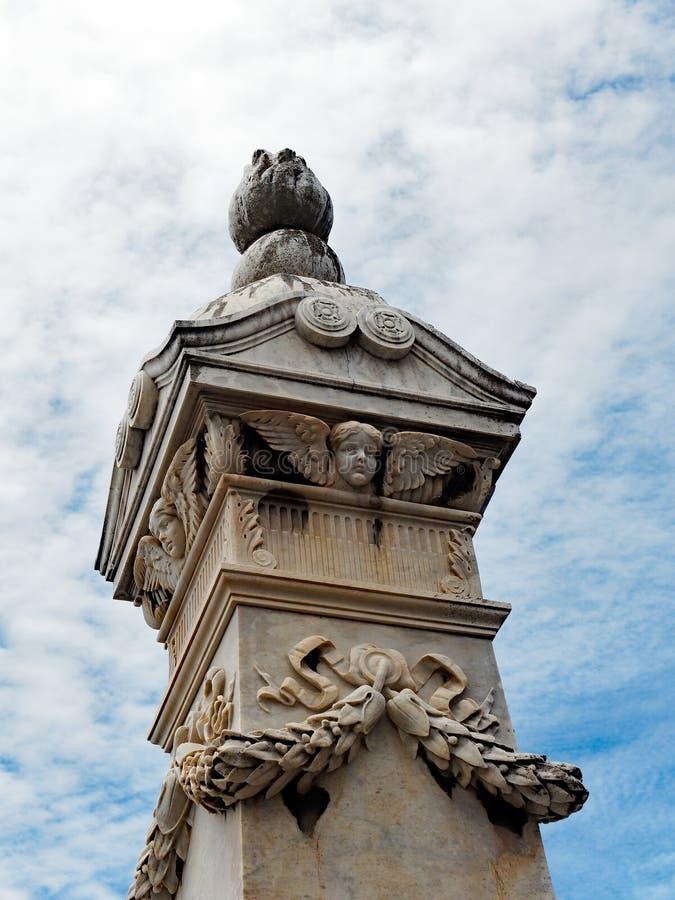 与飞过的天使的大大理石殡葬纪念碑 库存图片