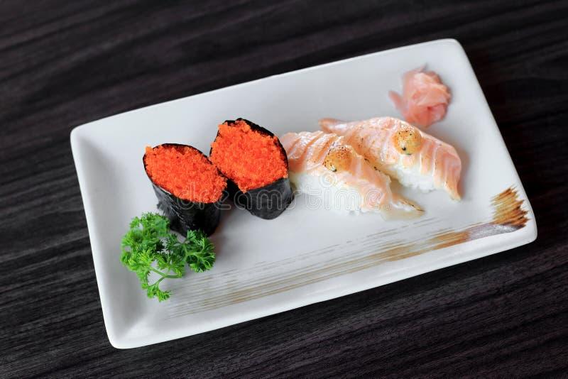 与飞鱼獐鹿和三文鱼的梅基寿司烤了nigiri寿司 免版税图库摄影