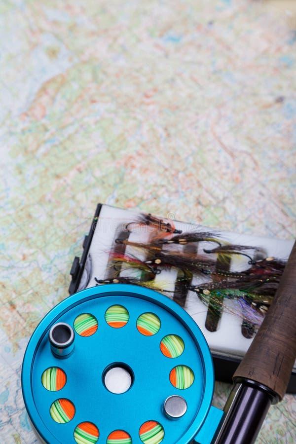 与飞鱼的滑车和地图的渔旅途 免版税图库摄影