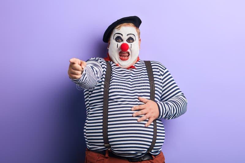 与食指的肥胖小丑陈列方向 免版税库存照片