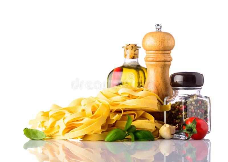 与食物调味料和香料的黄色Tagliatelle面团 免版税图库摄影