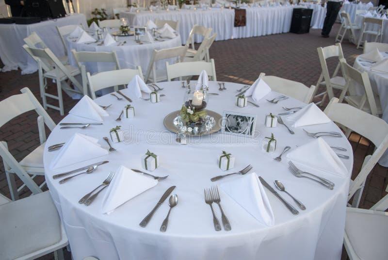 与餐位餐具的结婚宴会桌 图库摄影