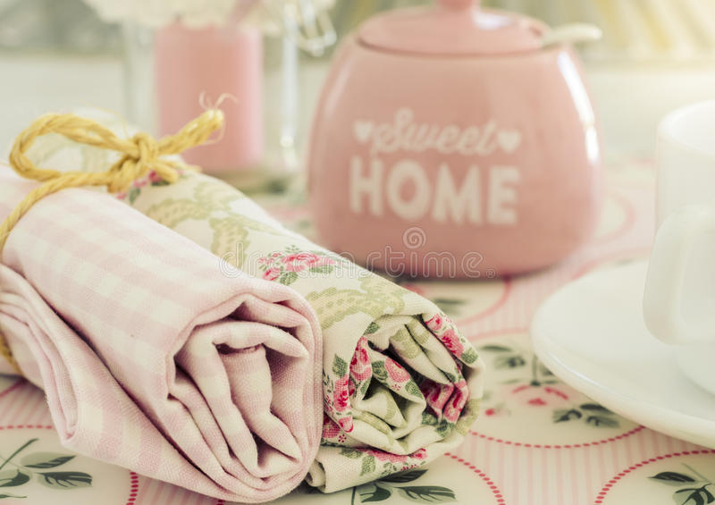 与餐巾和糖罐的早餐桌 库存图片