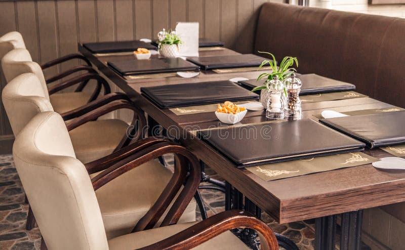 与餐馆菜单` s的长的表 免版税库存照片