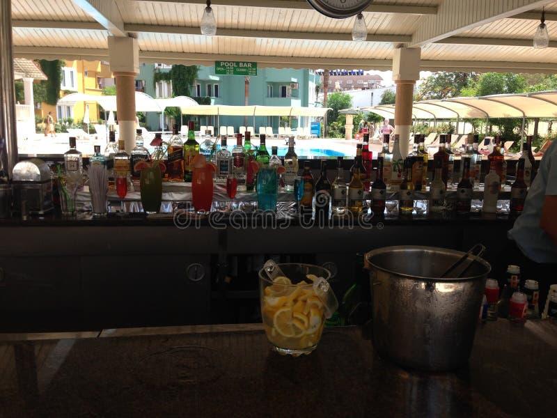 与饮料的海滩酒吧 库存图片
