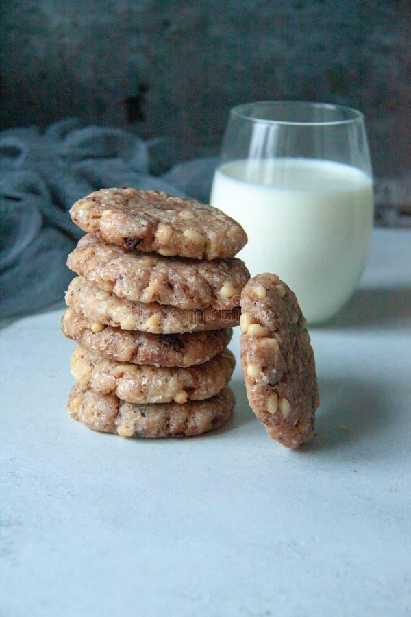 与饼坚果和牛奶的曲奇饼 库存照片