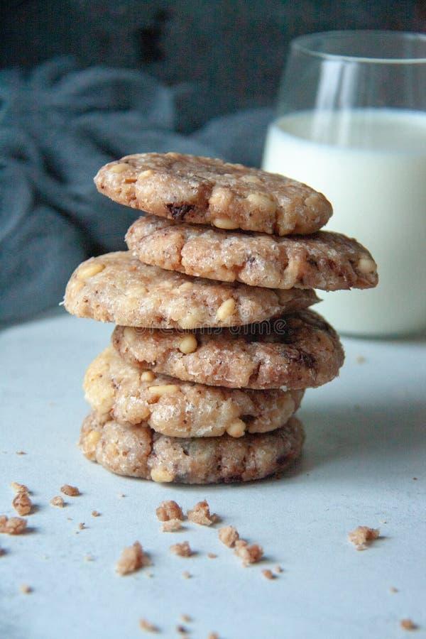 与饼坚果和牛奶的曲奇饼 免版税库存照片