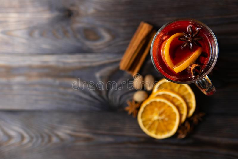 与香料的分类的加香料的热葡萄酒 库存照片