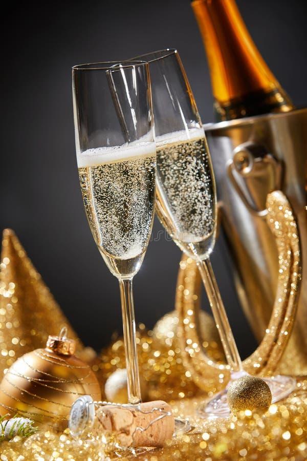 与香槟槽的新年卡片在党期间 库存照片