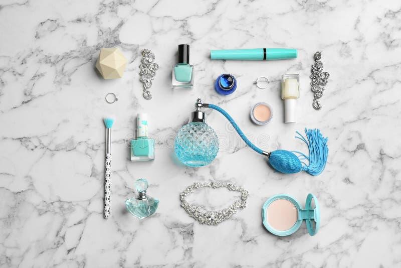 与香水瓶、首饰和装饰化妆用品的平的被放置的构成在白色 库存照片