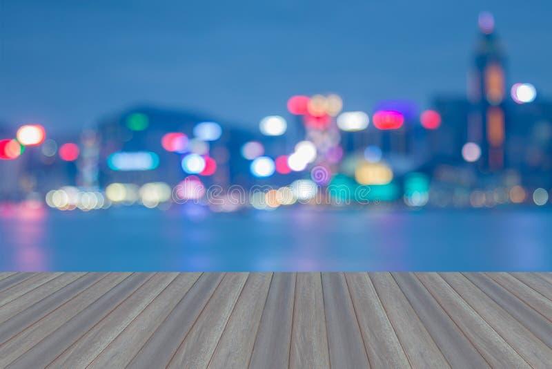 与香港的打开的木地板在晚上弄脏了bokeh城市光 图库摄影