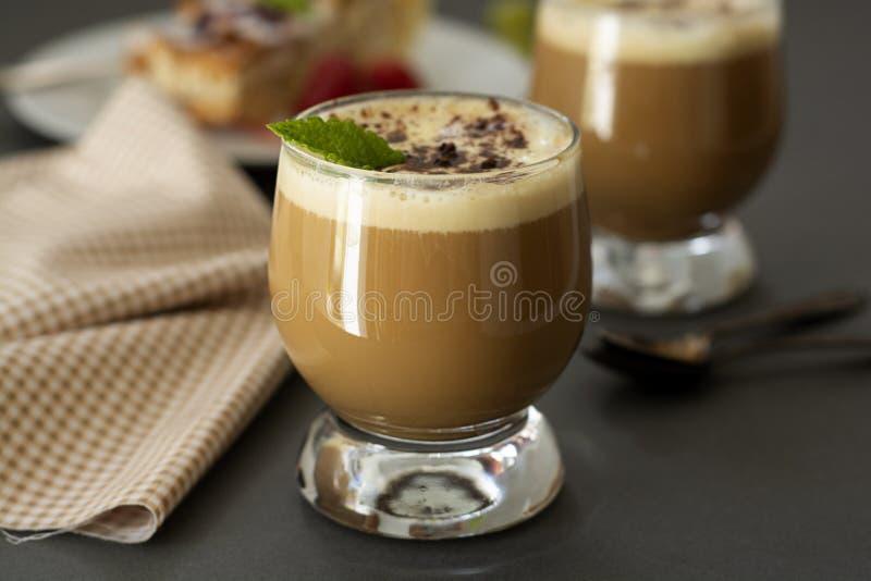 与香草冰淇淋和浓咖啡的咖啡冷的饮料 在玻璃的Deliciouse夏天刷新的饮料 库存图片