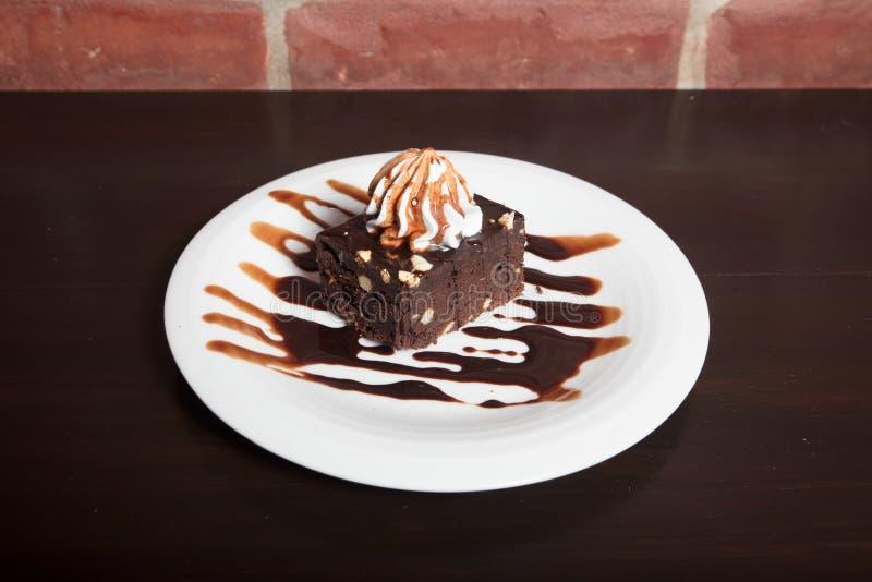 与香草冰淇淋的巧克力果仁巧克力在上面 免版税库存照片