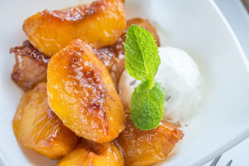 与香草冰淇淋的焦糖的桃子 库存照片