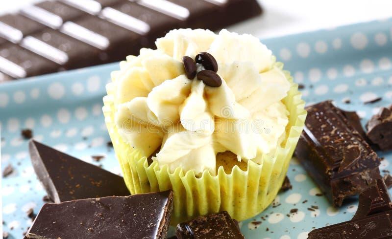 与香草奶油的可口巧克力杯形蛋糕 免版税库存图片