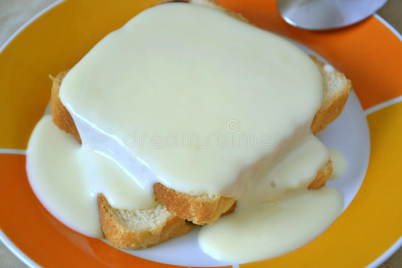 与香草奶油的蛋糕 免版税库存图片