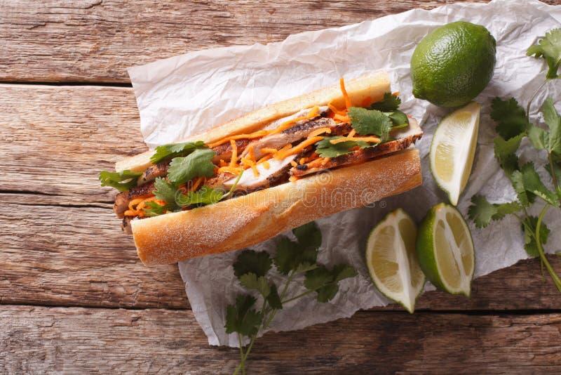 与香菜和红萝卜特写镜头的越南三明治 horizonta 免版税库存照片