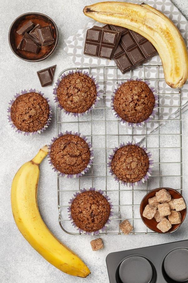 与香蕉和糖外壳的巧克力碎片松饼在烹调格栅 新鲜的自创酥皮点心 图库摄影