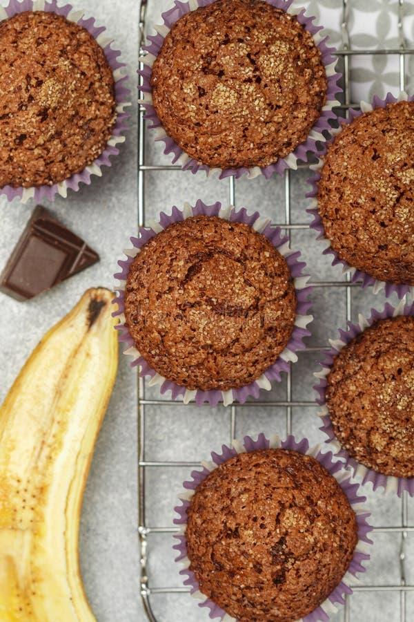 与香蕉和糖外壳的巧克力碎片松饼在烹调格栅 新鲜的自创酥皮点心 免版税库存照片