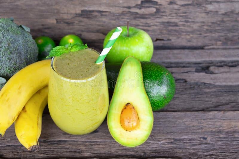 与香蕉混合苹果圆滑的人五颜六色的果汁奶昔混合饮料健康高蛋白的鲕梨口味美味在glas 免版税库存照片
