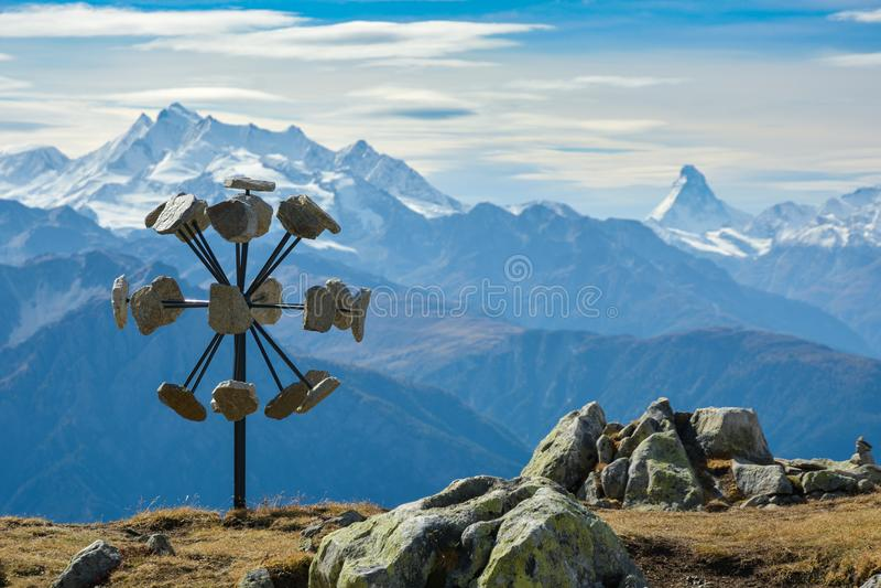 与马塔角山顶对比的现代艺术 免版税图库摄影