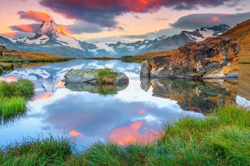 与马塔角峰顶和Stellisee湖,瓦雷兹,瑞士的壮观的日出 免版税库存图片
