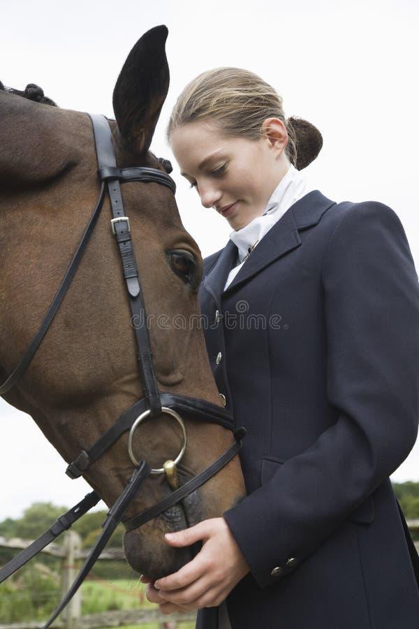 与马的女性骑士 免版税库存照片