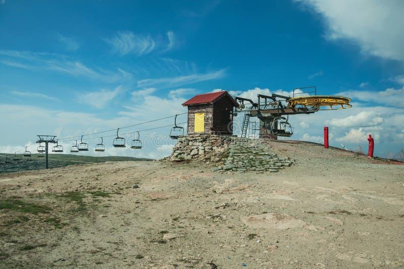 与驾空滑车机制和塔的多小山风景 免版税库存图片
