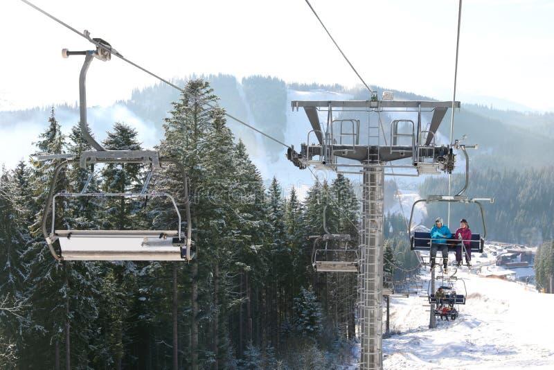 与驾空滑车的美好的山风景 冬天 库存照片