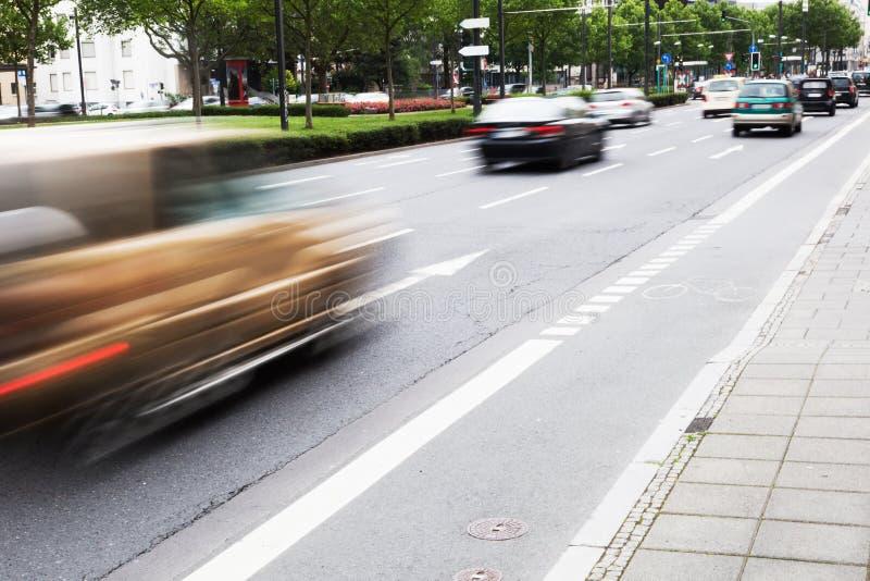 与驾驶汽车的城市交通 免版税库存照片