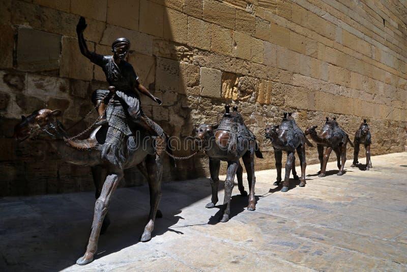 与骆驼有蓬卡车的雕刻的构成  免版税图库摄影