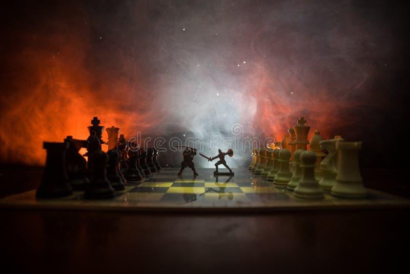 与骑兵和步兵的中世纪战斗场面在棋枰 棋盘企业想法的比赛概念和竞争和stra 库存例证