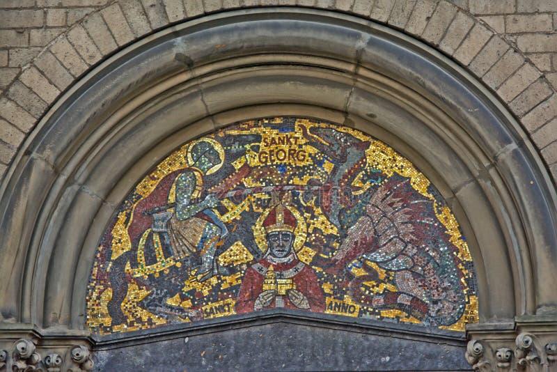 与骑士战斗的龙和圣乔治的马赛克科隆大教堂的 库存照片